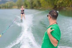 女孩在障碍滑雪路线的滑水竞赛 免版税库存照片