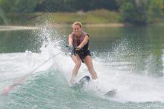 女孩在障碍滑雪路线的滑水竞赛 库存图片
