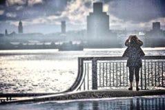 女孩在雨中 免版税库存图片