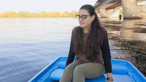 女孩在震动的小船坐波浪 慢的行动 天空 股票视频