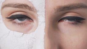 女孩在面罩期间的` s眼睛 股票录像