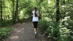 女孩在领域的路跑 影视素材