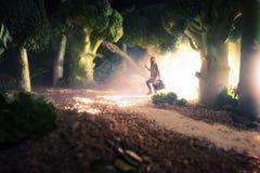 女孩在食物森林里 免版税库存图片