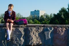 女孩在高中,在学校以后写笔记户外, 图库摄影