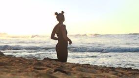 女孩在黄色沙滩思考反对不尽的海洋 股票视频