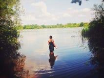 女孩在水中 免版税库存图片