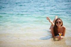 女孩在水中 库存图片