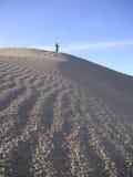 女孩在死亡谷沙丘走 图库摄影