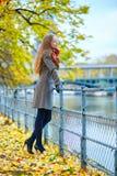 女孩在巴黎在一秋天天 免版税库存图片
