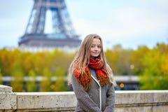女孩在巴黎在一秋天天 免版税图库摄影