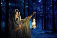 女孩在黑暗的森林 免版税库存照片