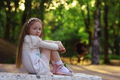 女孩在晴朗的公园 免版税图库摄影