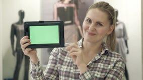 女孩在购物中心显示有绿色屏幕的片剂 股票录像