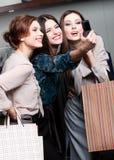 女孩在购物以后的照相讲席会 图库摄影