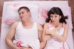 女孩在他的床上看见一个奇怪的人 库存照片