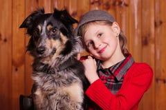 女孩在他的朋友狗品种博德牧羊犬旁边坐 在农场 免版税图库摄影