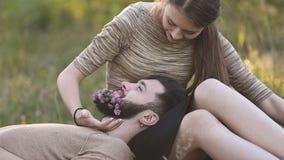 女孩在他的胡子人投入花 股票视频