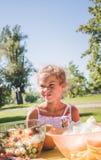 女孩在dinning的生日 Maxed种族女孩-非洲人和白种人 与太阳光芒和她的夏日严重是 免版税库存照片
