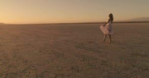 女孩在El Mirage湖沙漠走 AerialDrone 2017年10月 股票视频