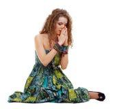 女孩地面嬉皮祈祷的坐 免版税库存图片