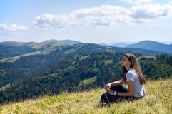 女孩坐与闭合的眼睛 免版税库存照片