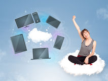 女孩坐享受云彩网络服务的云彩 库存图片