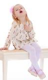 女孩坐凳子 免版税库存照片