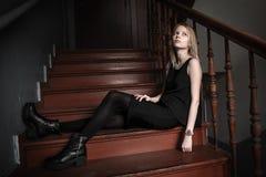 女孩坐台阶 免版税图库摄影