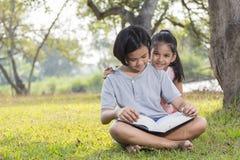 女孩坐和读书 库存照片