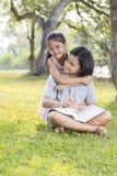 女孩坐和读书 图库摄影