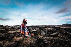 女孩坐在克拉夫拉火山火山区的,冰岛 免版税库存照片