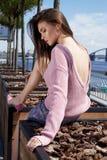 女孩坐太阳亮光性感的俏丽的夫人时装模特儿浅黑肤色的男人w 库存照片