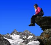 女孩坐岩石 免版税库存照片