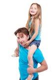 女孩坐父亲肩膀 免版税库存照片