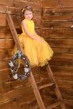 女孩坐的台阶 库存照片