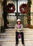女孩坐的台阶 免版税库存照片