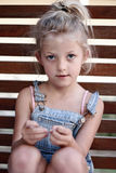 女孩坐的年轻人 免版税图库摄影