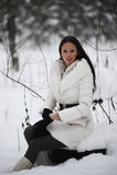 女孩坐的树桩 库存照片