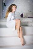 女孩坐的步骤 免版税库存照片