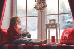 女孩坐的视窗 免版税库存照片
