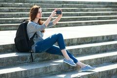 女孩坐石第06步 免版税图库摄影