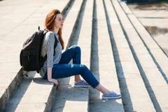 女孩坐石第08步 免版税库存图片