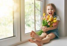 女孩坐窗口 免版税库存照片
