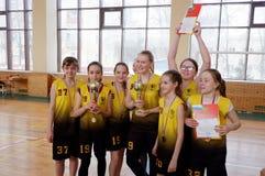 女孩城市竞争的篮球优胜者 免版税库存图片