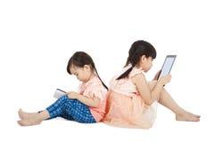 女孩填充个人计算机片剂接触使用 免版税库存图片