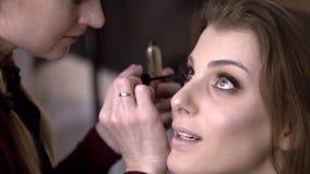女孩增长到eyelashesmake-up艺术家油漆睫毛给美容院的一个美丽的女孩 股票视频