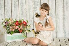 女孩复活节装饰的画象 库存图片