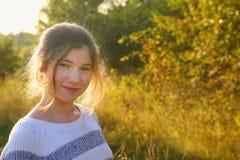女孩夏天草甸国家晴朗的室外画象 免版税图库摄影