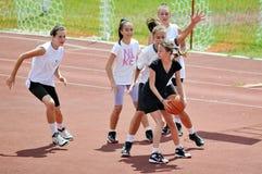 女孩外面戏剧篮球 免版税库存照片