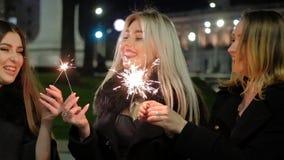 女孩夜党欢乐事件闪烁发光物 股票视频